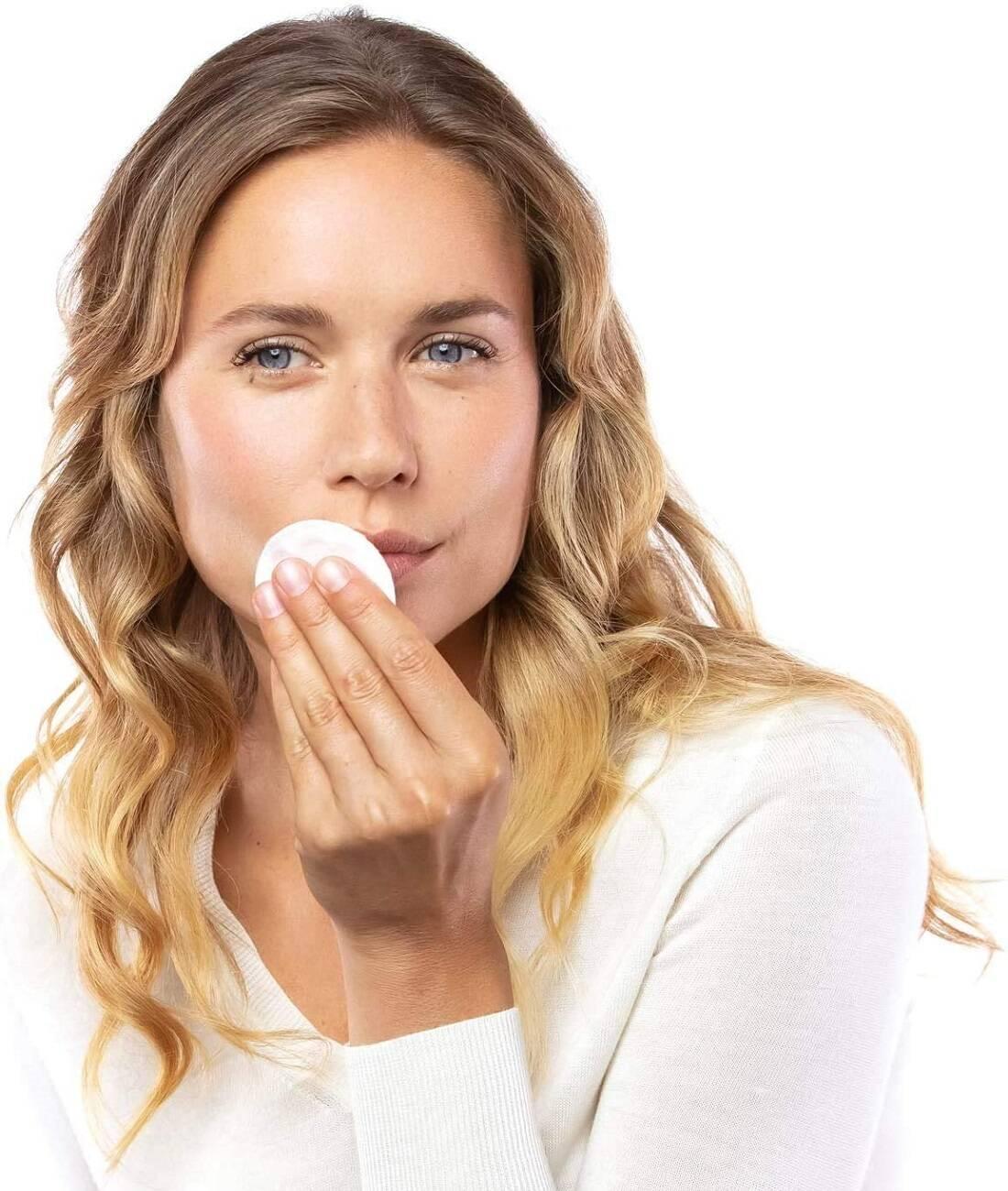 میسلار واتر شیری برند گارنیر مناسب برای پاک کردن آرایش صورت، لب و چشم